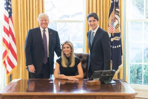 La imagen de Ivanka Trump sentada en el escritorio del Despacho Oval con su padre y presidente de los EEUU Donald Trump a un costado y el primer ministro de Canadá Justin Turdeau al otro ha levantado la polémica en las redes sociales.