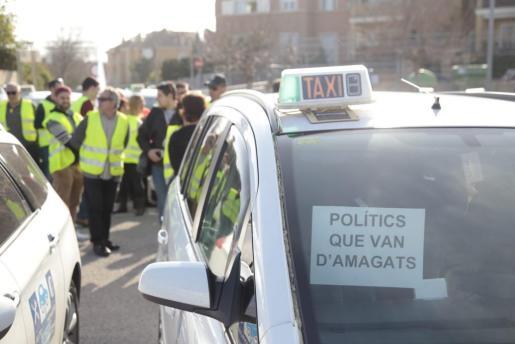 Taxistas participando en la protesta que recorre Ciutat.