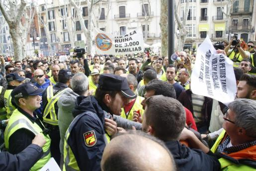 Un agente llama al orden a uno de los manifestantes.