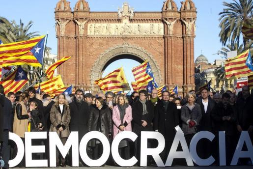 Imagen de unidad del independentismo catalán, fotografiado en el Arco del Triunfo del Passeig de Lluís Companys, camino del Tribunal de Justicia de Catalunya (TSJC) por la consulta del 9-N.