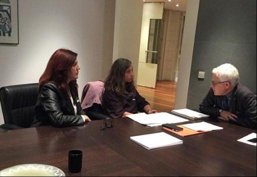 Las presidentas de los colegios profesionales de Enfermería de Baleares, Rosa María Hernández y Amelia Corominas manteniendo una reunión con los socialistas.