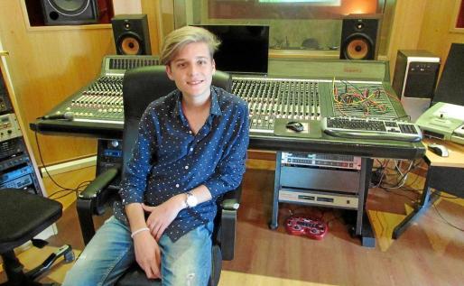 En la imagen, el cantante Calum, frente a la mesa de mezclas del estudio de Daniel Ambrojo, en el que se ha grabado ''Staying Alive'', su segundo disco.