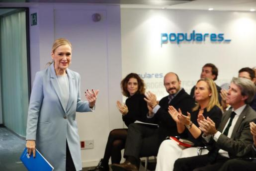 La presidenta de la Comunidad de Madrid, Cristina Cifuentes (i), a su llegada a la reunión de la gestora del PP madrileño, en la que ha dimitido como presidenta de la misma y ha anunciado su candidatura a presidir el partido.