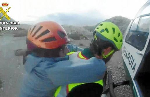 Un miembro del GREIM portó a la mujer a la espalda hasta el helicóptero.