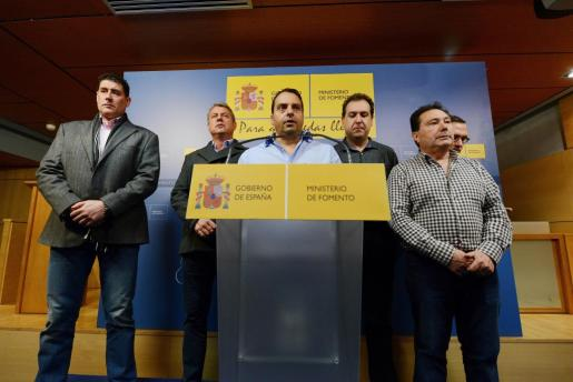 Antolín Roca, representante sindical del sector de la estiba,acompañado de otros representantes, durante la rueda de prensa que ofreció tras la reunión que junto con la patronal Anesco mantuvieron con el ministro de Fomento, Íñigo de la Serna.