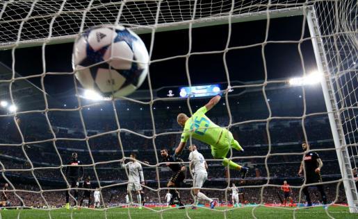 Karim Benzema marcando el primer gol del Real Madrid ante el Nápoles.