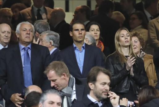 El tenista Rafa Nadal junto a su hermana Maria Isabel Nadal durante el partido.