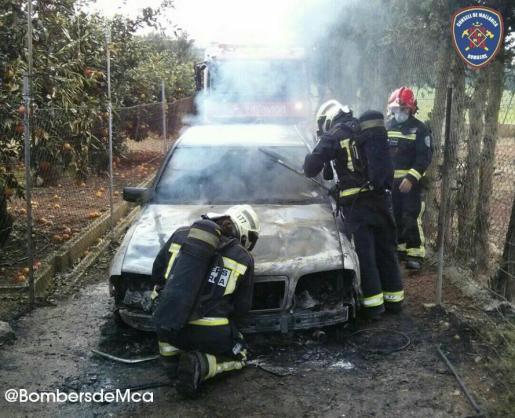 El vehículo quedó consumido por las llamas.