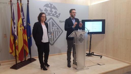 En la imagen, el alcalde de Palma, José Hila, y la consellera de Turisme, Comerç i Treball, Joana Maria Adrover.