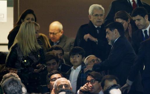 En la imagen, Diego Maradona junto a su novia, en el palco del partido de Liga de Campeones en el Bernabeu entre el Real Madrid y el Nápoles.
