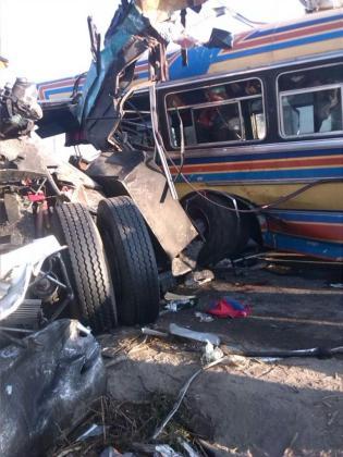 El fuerte impacto dejó el autobús hecho un amasijo de hierros.