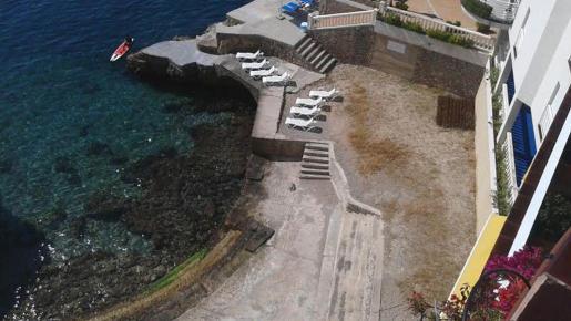 La cala ha sido pavimentada con hormigón en su totalidad y el establecimiento hotelero ha construido unas escalinatas de acceso a la misma. Antes la superficie era arenosa.