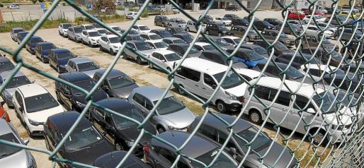 Los solares próximos a los tres aeropuertos de las Islas comenzarán en breve a llenarse de coches de alquiler para el verano.