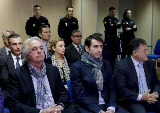 En primera fila, Juan Carlos Alía, Gonzalo Bernal y 'Pepote' Ballester en el banquillo de los acusados al inicio del juicio del 'caso Nóos'.