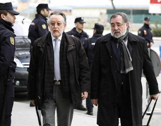 El exvicealcalde de Valencia Alfonso Grau (i), a su llegada a la Escuela Balear de la Administración Pública (EBAP), durante una de las sesiones del juicio.