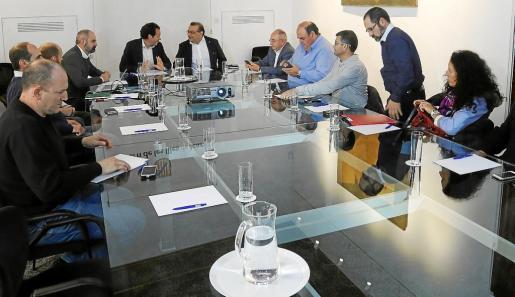 Reunión entre el Govern y los representantes de los taxistas.