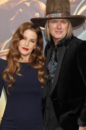 La actriz estadounidense Lisa Marie Presley (i) y el músico estadounidense Michael Lockwood.