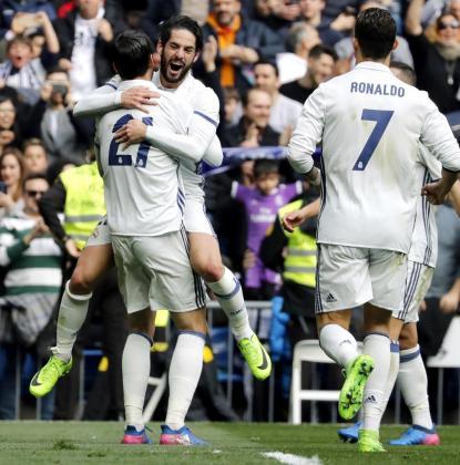 El delantero del Real Madrid Morata (de espalda) celebra su gol con su compañero el centrocampista Isco.