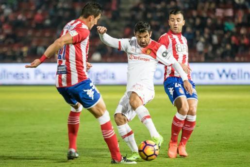Culio controla el balón ante los jugadores del Girona.