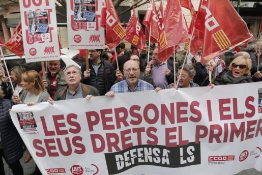 Medio centenar de personas se han manifestado este domingo para exigir aumentos salariales.