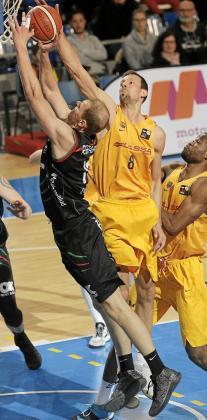 Grabauskas intenta anotar ante la defensa de Jordi Trías