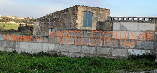 La pintada ha aparecido en 'fora vila', cerca de una finca propiedad de la familia Garau