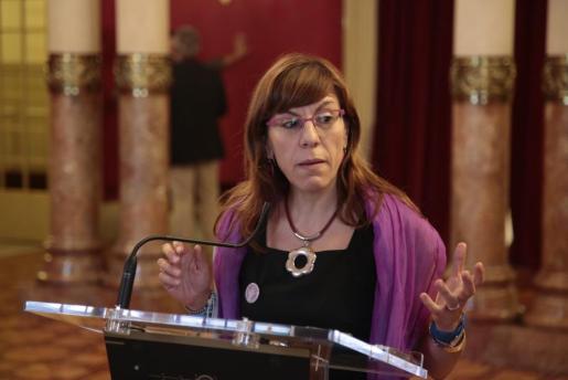 La portavoz de Podemos en el Parlament, Laura Camargo, realiza unas declaraciones a la salida de la Cámara.