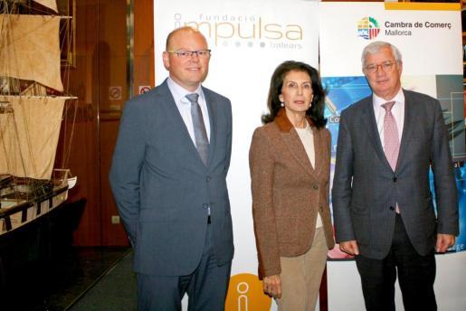 La presidenta de la Fundació Impulsa Balears, Carmen Planas, y el presidente de la Cámara de Comercio de Mallorca, José Luis Roses, acompañados por el director técnico de Impulsa Balears, Antoni Riera, han firmado el acuerdo de adhesión de la corporación empresarial al patronato de la Fundació.