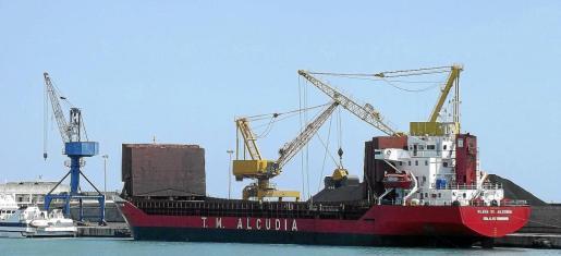 La carga y descarga del carbón se ha realizado durante años en el puerto de Alcúdia sin la preceptiva autorización.