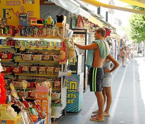 Un turista se interesa por los productos que oferta un establecimiento comercial de Magaluf.