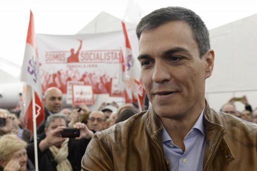 El exsecretario general del PSOE y candidato a las Primarias, Pedro Sánchez,saluda a los asistentes a un acto público, celebrado en Valladolid.