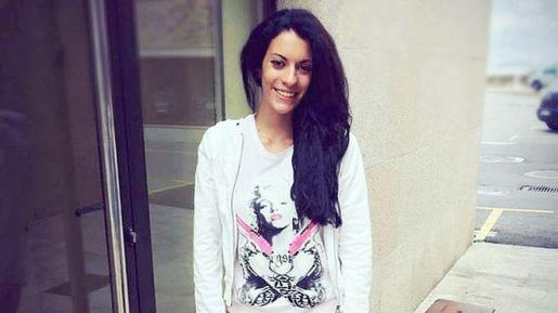 Diana Quer mide 1,75, tiene el pelo largo, liso y moreno; los ojos oscuros y pesa 55 kilos.