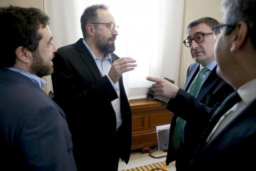 Los portavoces de Ciudadanos, Miguel Ángel Gutiérrez (i) y Juan Carlos Girauta, conversan con el portavoz del PNV, Aitor Esteban, a su llegada a la Junta de Portavoces.