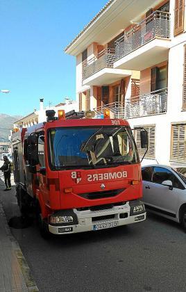 El camión de bomberos, durante la intervención.