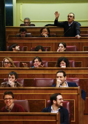 El diputado de Podemos, Juan Pedro Yllanes, replica desde su escaño.