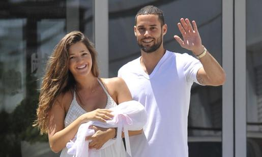 Malena Costa y Mario Suárez, al salid de la clínica tras tener a su primera hija.