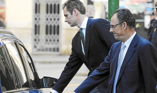 Mario Pascual Vives, con Iñaki Urdangarin, a su salida de los juzgados de Palma en una imagen de archivo.