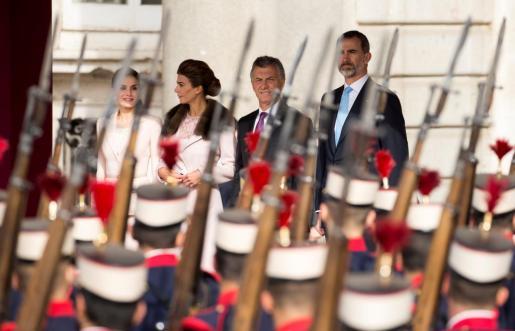Los Reyes junto a Mauricio Macri y su esposa, en el Palacio Real. ,