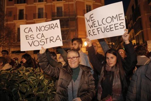 Carteles exhibidos en la manifestación a favor de la acogida de personas refugiadas en Mallorca.