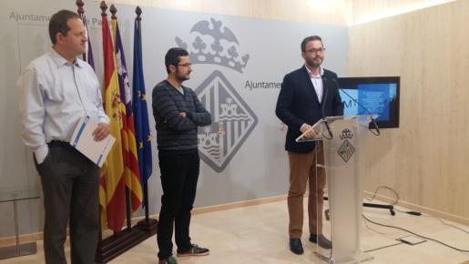 El regidor de Mobilitat, Juan Ferrer, y el alcalde de Palma, José Hila, durante la rueda de prensa en la que han anunciado la renovación de 95 autobuses de la EMT.