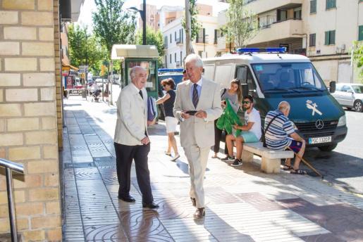 El exconseller Joan Marí Tur acompañado de su abogado, Rafael Parera, a la salida de los juzgados.