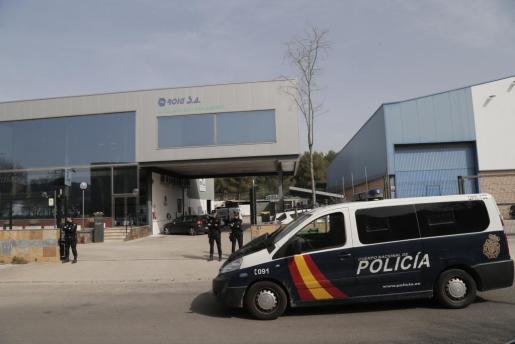 Agentes de la Policía Nacional, a las puertas de la empresa Roig S.A.