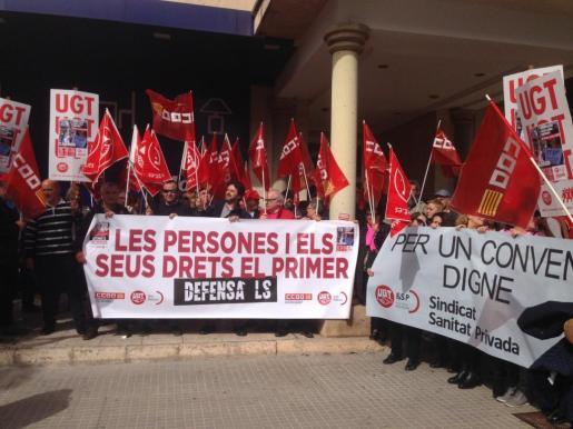 Unos 200 sindicalistas se han manifestado este miércoles ante la sede de la CAEB para reclamar una mejor distribución de la riqueza.