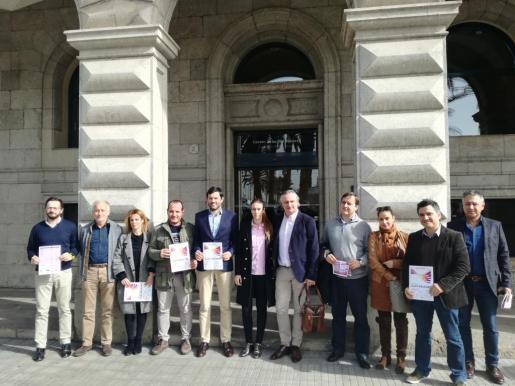 El director general de Relaciones Institucionales y Acción Exterior del Govern, Josep Claverol, junto a representantes de algunas de las entidades que colaboran en la organización del Día de Baleares.