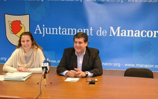 Maria Antònia Sansó y Pedro Rosselló presentando la rebaja del IBI.