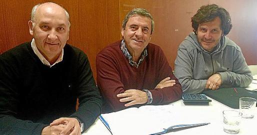 Pere Rotger, en el centro, con otros miembros de la junta.