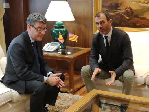 El vicepresidente y conseller de Innovación, Investigación y Turismo, Biel Barceló (d), y el ministro de Energía, Turismo y Agenda Digital, Álvaro Nadal, durante la reunión que han mantenido este miércoles en Madrid.