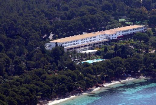El medio ha valorado tanto sus instalaciones, la «piscina de gran tamaño rodeada de palmeras y tumbonas», como su privilegiada ubicación, junto a la cala Formentor.