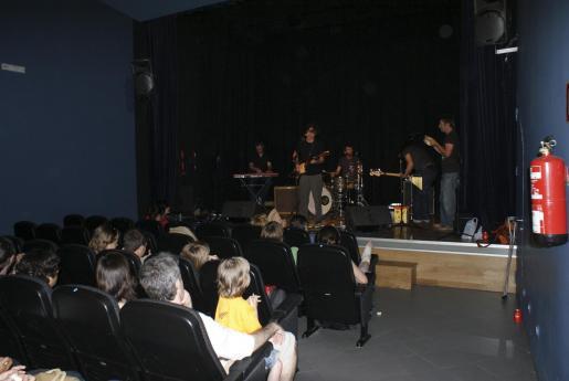 Una actuación musical en el pequeño teatro de sa Congregació.