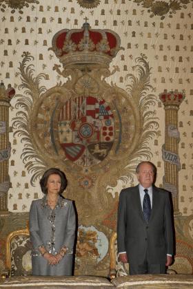Fotografía facilitada por la Casa Real de don Juan Carlos y doña Sofía, durante la ceremonia religiosa oficiada en la capilla del Palacio Real con motivo del centenario del nacimiento de doña María de las Mercedes de Borbón y Orleans.